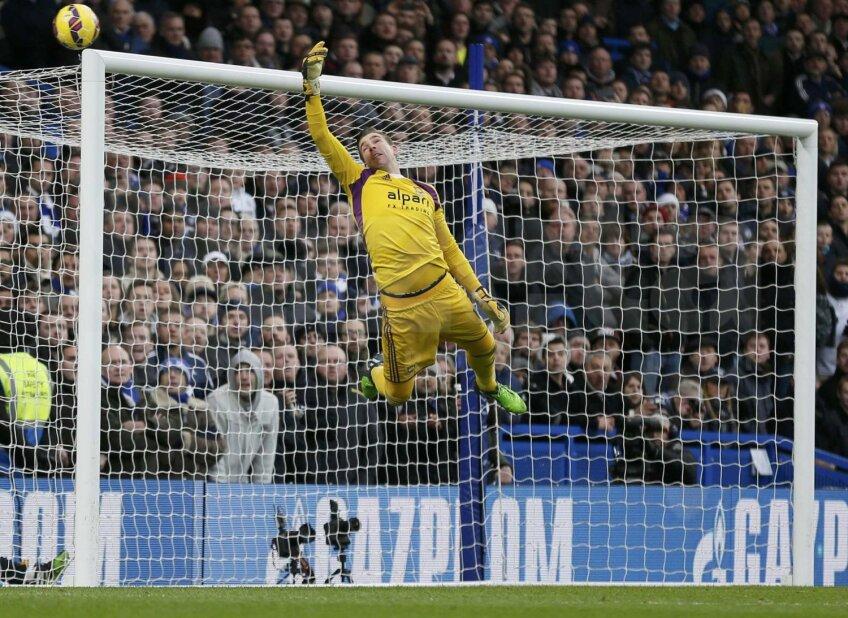Înainte de a decide calificarea, portarul lui West Ham, Adrian, a zburat din bară-n bară // Foto: Reuters