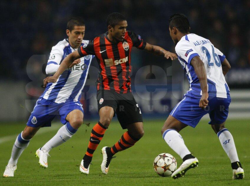 Douglas Costa (în centru) a dat 35 de goluri și 38 de assisturi în 186 de meciuri la Șahtior // Foto: Reuters