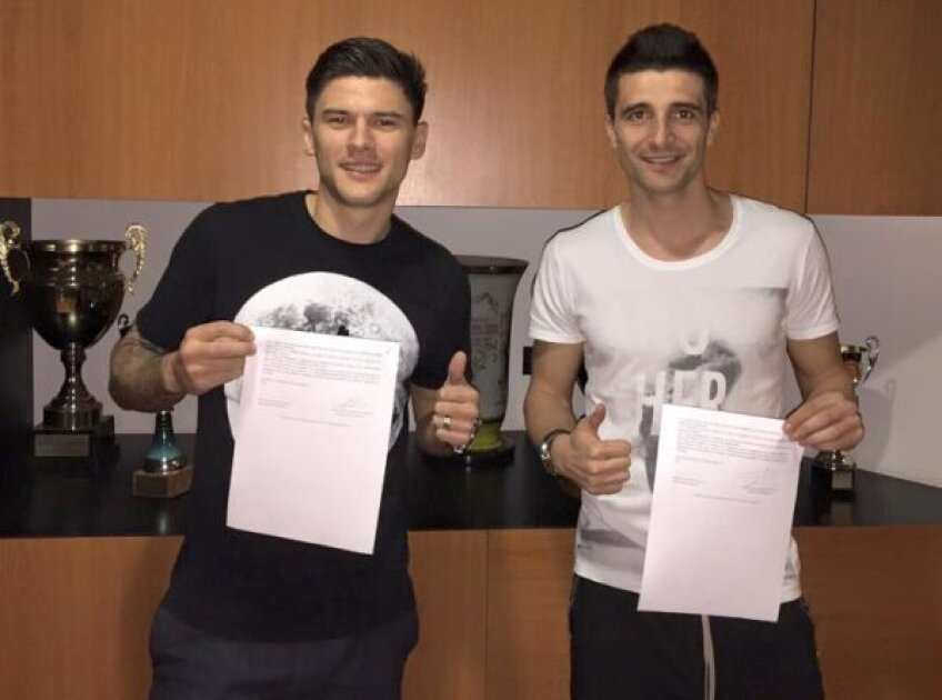 Săpunaru și Niculae pozînd cu cele două contracte în alb