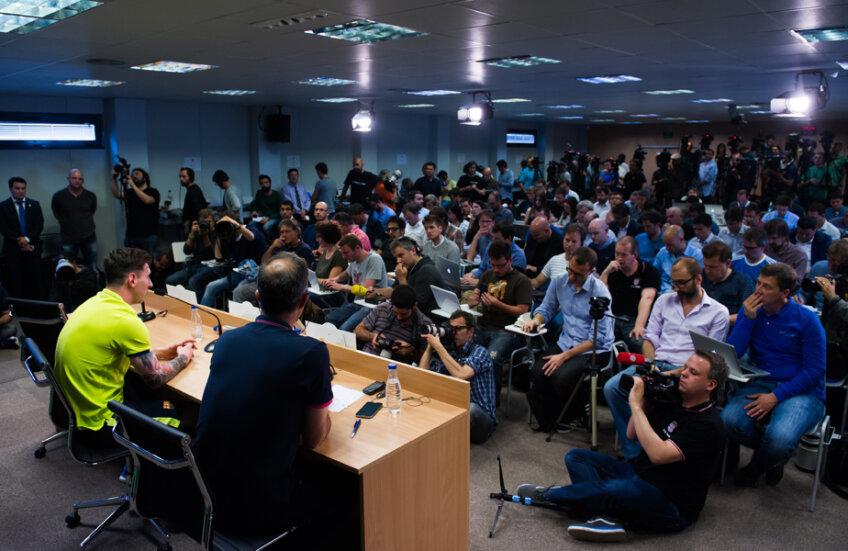 O mare de ziarişti la conferinţa de ieri a lui Messi // Foto: Reuters
