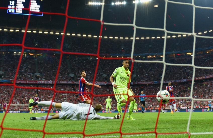 Neuer e la pămînt, Neymar e sus şi mingea în plasă. 1-1, Barca nu mai putea rata finala // Foto: Guliver/GettyImages