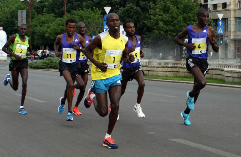 Kenyanul Peter Emase Lemuya (în galben) a cîştigat la Bucureşti // Foto: Marius Vasilică