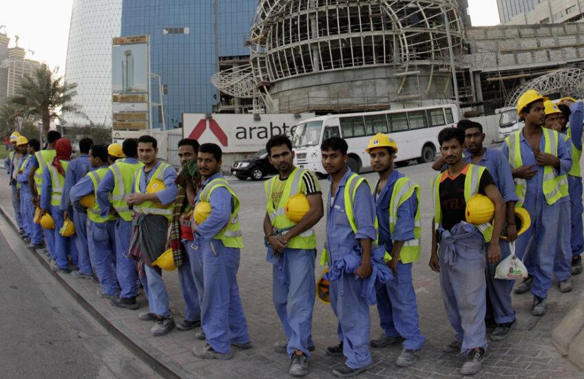 Contrastele CM 2022, muncitorii istoviți așteaptă autobuzele în fața unui luxos hotel din Doha // Foto: Reuters
