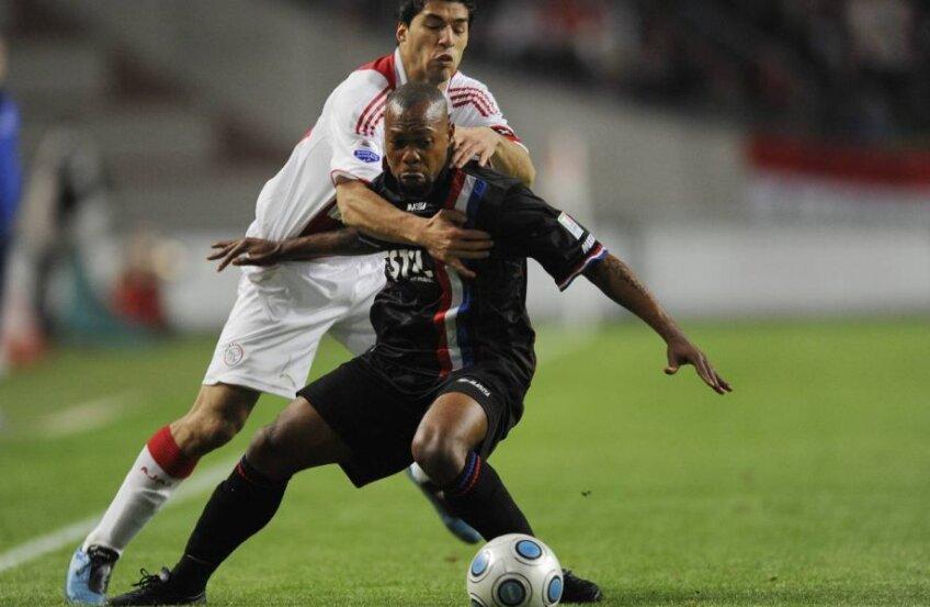Ibrahim Kargbo (prim-plan), într-un duel cu Luis Suarez, la 0-4 cu Ajax la Amsterdam, în octombrie 2009
