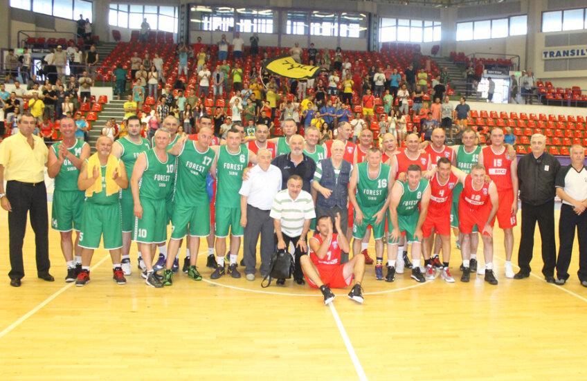 Adversari în urmă cu 20 ani, foştii jucători de la Steaua şi CSU Forest au reeditat la Sibiu finala din 1995