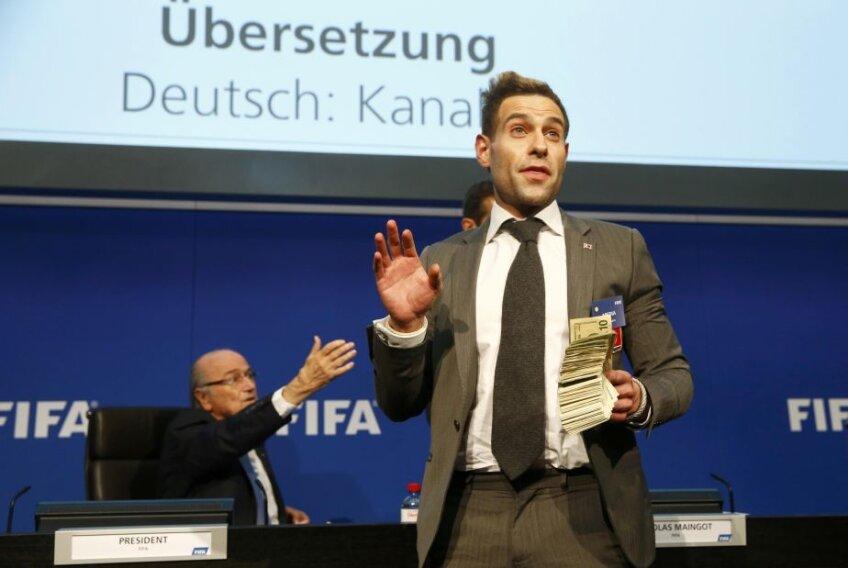 Simon Brodkin cu teancul de dolari falși în fața lui Blatter...