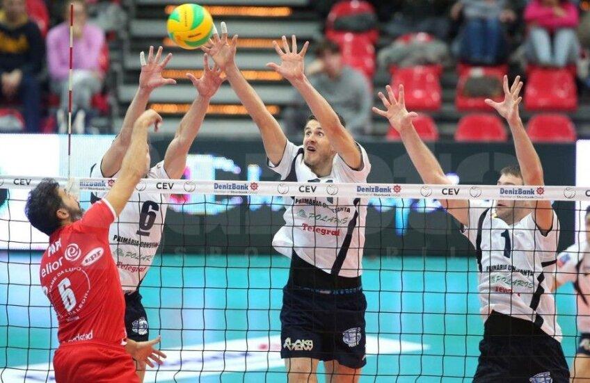Andrei Spînu (centru) încercînd să blocheze mingea // Foto: cev.lu