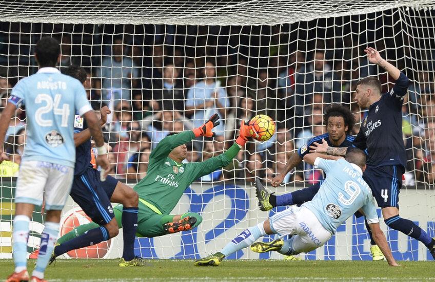 Navas (în verde) agață în ultima clipă mingea lui Iago Aspas // Foto: AFP