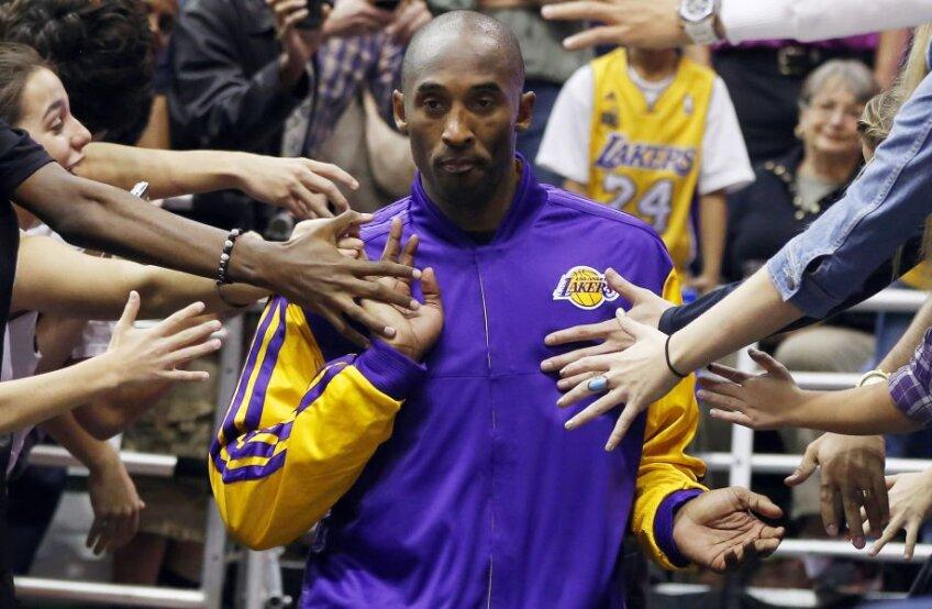 Kobe Bryant în mijlocul fanilor