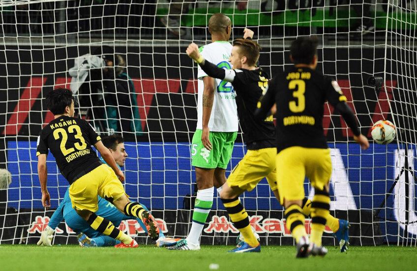 Kagawa (centru) nu-l iartă pe portarul Benaglio și e 2-1 pentru Borussia, în minutul 90+3 // Foto: Guliver/GettyImages