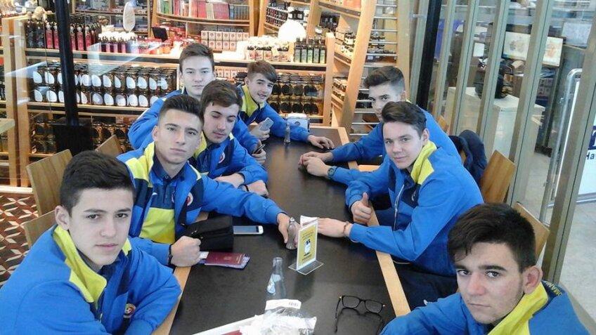 Puştii de la U16, fotografiaţi pe aeroport