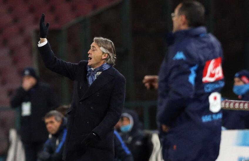 Mancini protestează după ce arbitrul dă 9 minute de prelungiri, corectate imediat în 5, iar Sarri pregătește atacul // Foto: Guliver/GettyImages