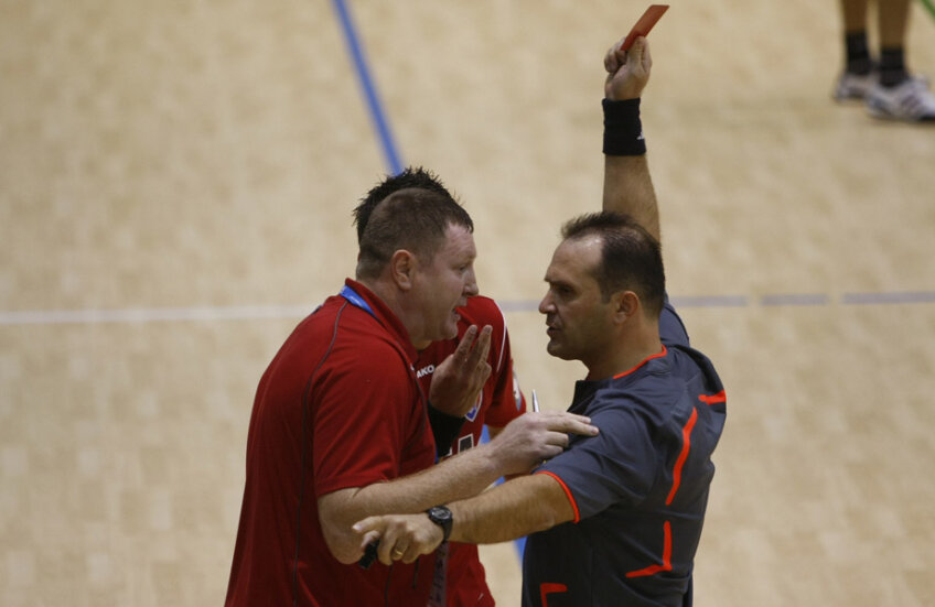 Constantin Din îi arată cartonașul roșu fostului secund de la Dinamo, Ionel Ene