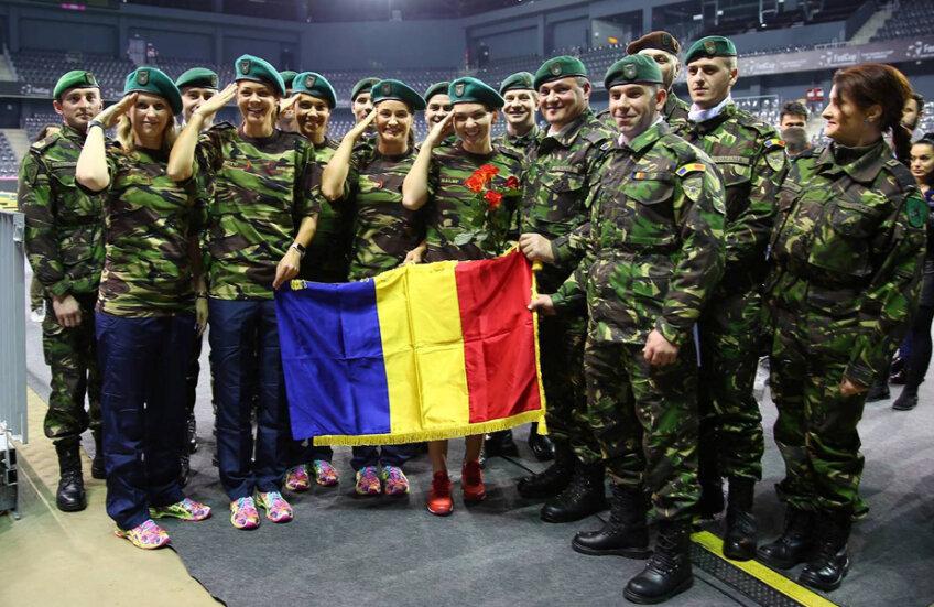 Alina Tecşor, Andreea Mitu, Raluca Olaru, Monica Niculescu şi Simona Halep (de la stînga la dreapta) au salutat milităreşte
