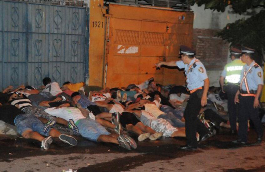 Zeci de fani sunt ținuți cu fața-n jos de poliție