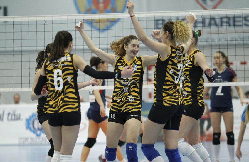 Bucurie de semifinaliste. Faleș (nr. 12), Majstorovici (6), Bacșiș (3) cu brațele ridicate după victoria cu 3-0, de aseară // FOTO Cristi Preda