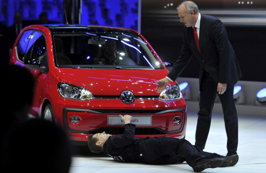 Simon Brodkin îşi face numărul sub maşină, în timp ce Jürgen Stackmann încearcă să-l facă să se ridice de acolo // FOTO Guliver/GettyImages