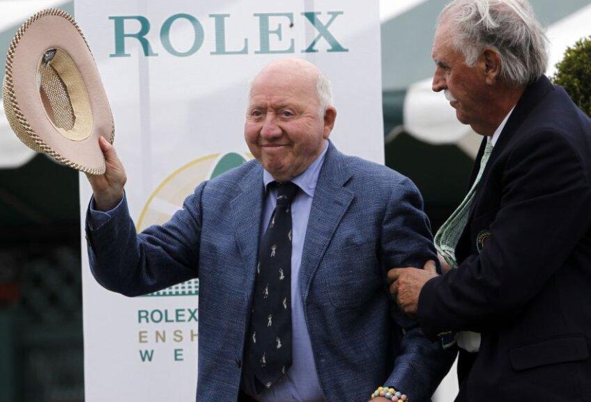 Bud Collins salutând publicul prezent la o festivitate a International Tennis Hall of Fame în 2013 // FOTO Reuters