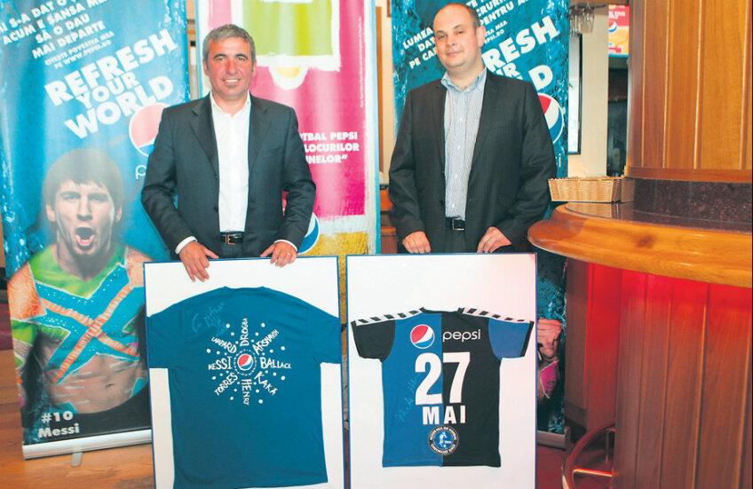 Gheorghe Hagi și Călin Clej, Marketing Director PepsiCo în România, pe 27 mai 2009, la data anunţului oficial al parteneriatului
