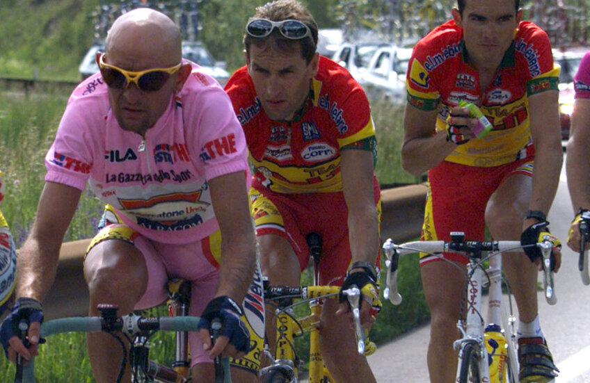 Marco Pantani (primul din stânga), alături de italianul Ivan Gotti şi francezul Richard Virenque, într-o etapă din Il Giro 1999 // FOTO Reuters
