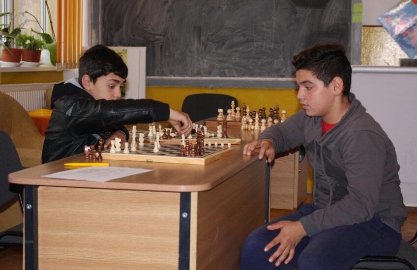 O partidă de șah în cabinetul directoarei