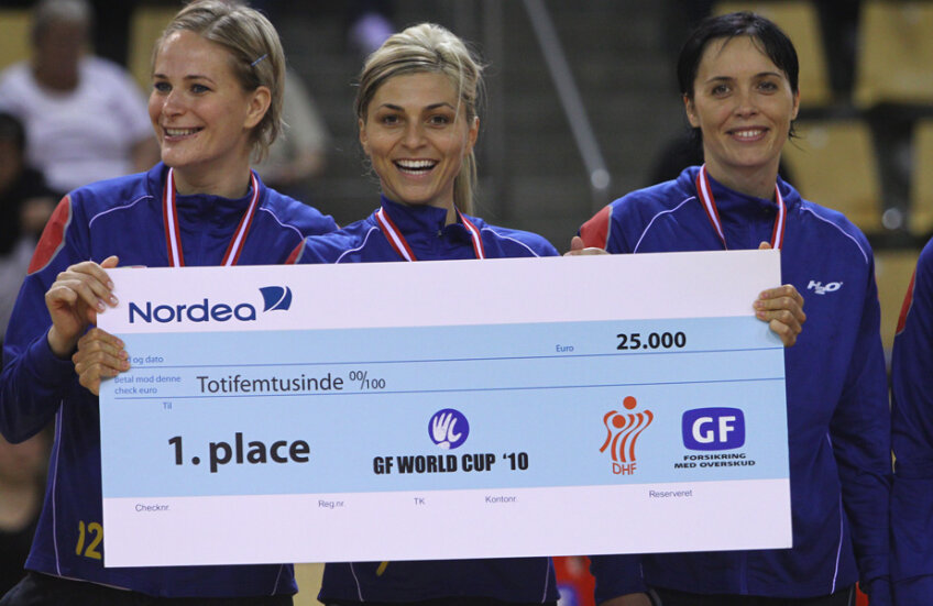 Paula Ungureanu, Adriana Nechita și Aurelia Brădeanu, cu premiul de 25.000 de euro câștigat în 2010 la Cupa Mondială. Paula și Mika vor fi și acum pe teren, la Aarhus // FOTO Marius Ionescu
