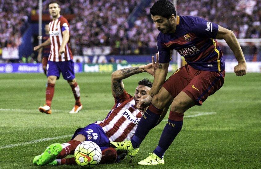 Stilul Atletico. Jose Gimenez, stânga, îl atacă fără menajamente pe Luis Suarez // FOTO Guliver/GettyImages