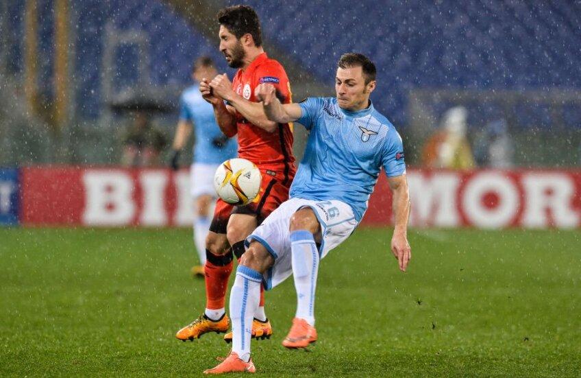 Radu (în dreapta, contra Galatei) are contract cu Lazio până-n 2020 și câștigă 1,4 milioane euro pe an // FOTO AFP