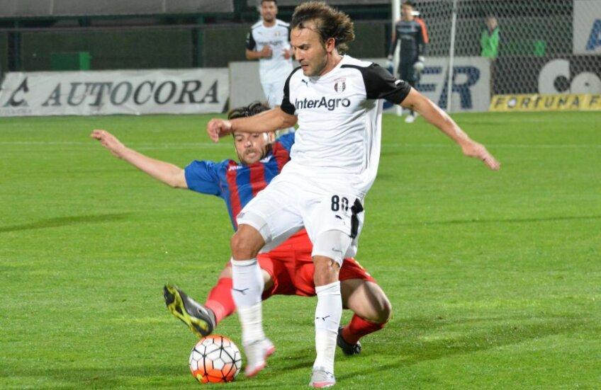 Chiar dacă și-a depus memoriu întrucât nu și-a primit salariul mai multe luni, Teixeira (în alb) dă totul pentru Astra