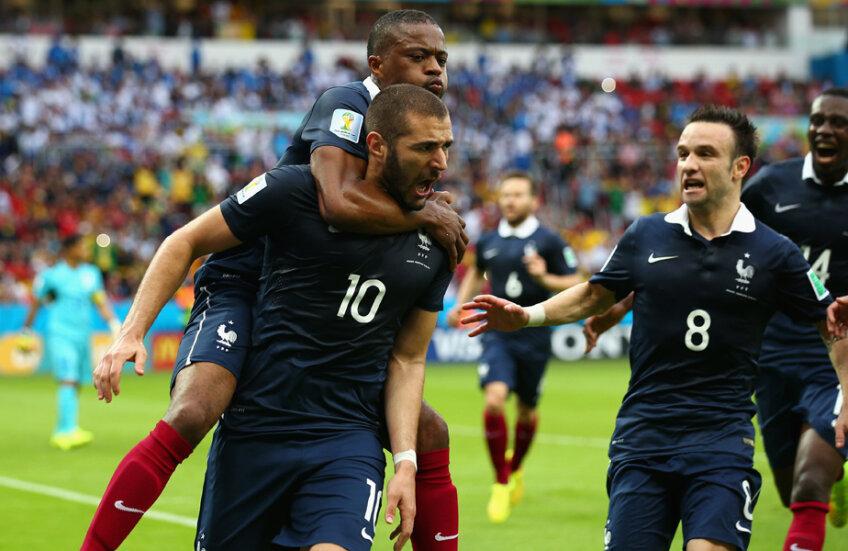 Patrice Evra se aruncă pe spatele lui Benzema după un gol al Franței. În dreapta, Valbuena //  FOTO Guliver/GettyImages