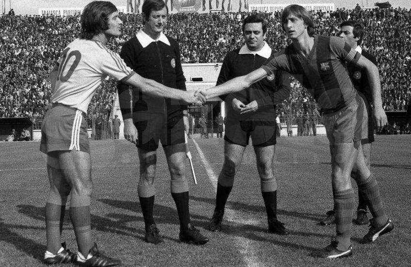 Johan Cruyff îi strânge mâna lui Liță Dumitru în Ghencea înaintea meciului Steaua - Barcelona, din 1977
