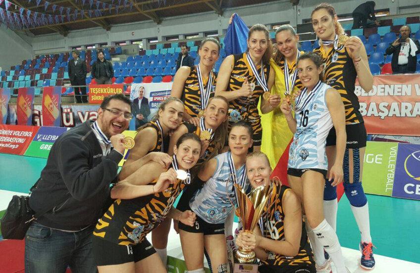 Fetele de la CSM București cu trofeul Challenge Cup și medaliile, la Trabzon // FOTO CSM București
