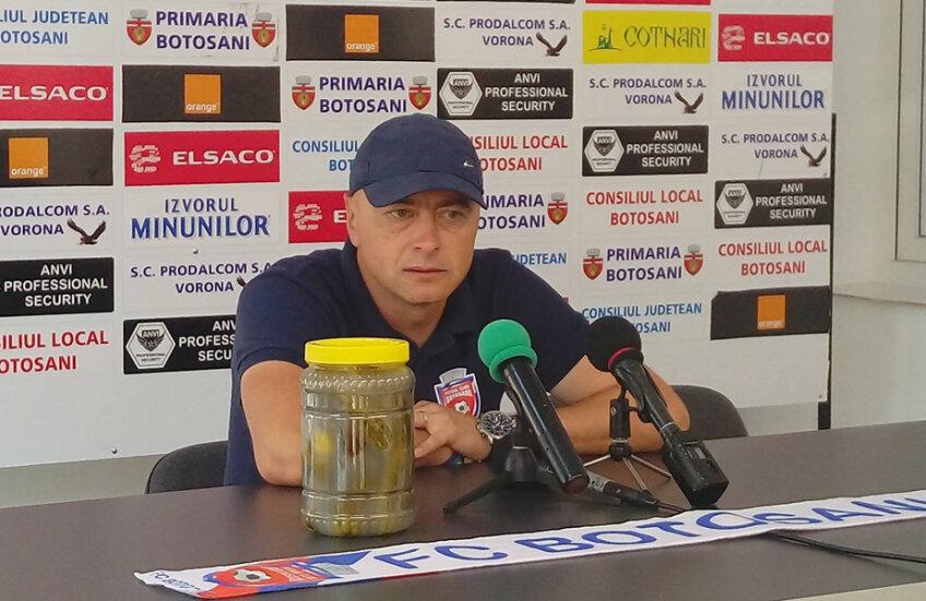 Grozavu a fost acid cu steliștii, a venit cu borcanul de murături la întâlnirea cu presa //  Foto: Ionuț Tabultoc