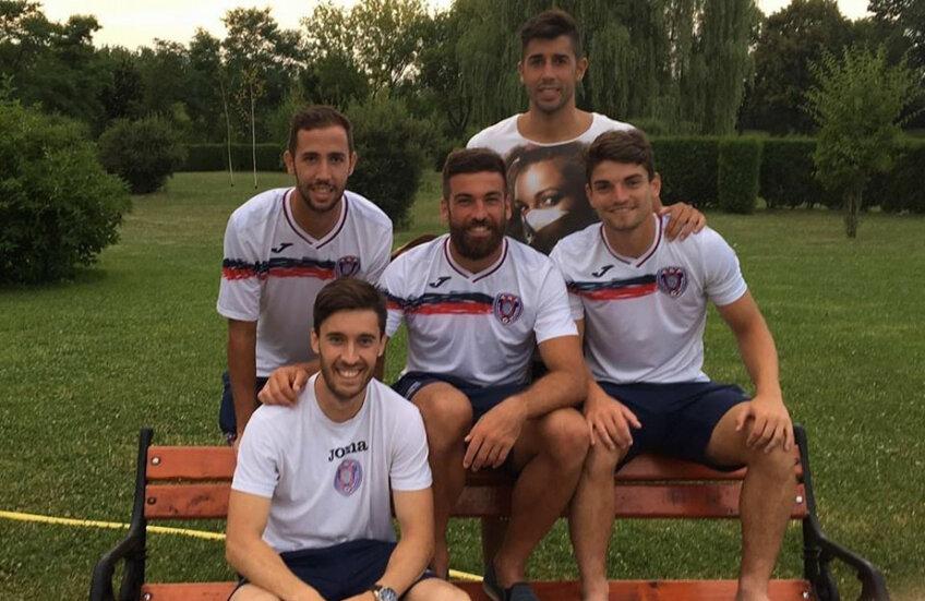 Imagine din cantonamentul lui ASA din această vară:Walter Fernandez (stânga), Carles Martinez (mijloc), Fran Garcia (stânga pe bancă), Ferran Monzo (dreapta), alături de Gerard Oliva (fără tricou de antrenament, atacant care a susținut probe de joc)