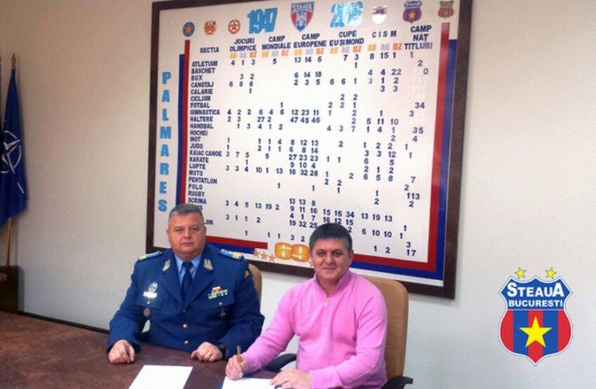 Marius Lăcătuș, alături de Cristian Petrea, președinte interimar al CSA. Fotografie de la semnarea colaborării