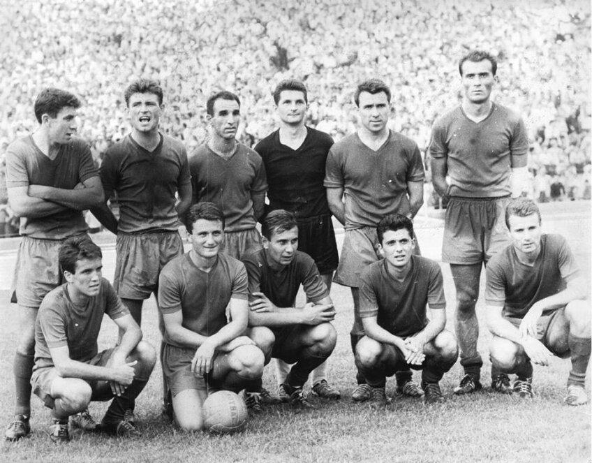 Rapid în 1964: C. Lupescu, Motroc, Macri, Urziceanu, N. Georgescu, Coe (rândul de sus); Codreanu, Ionescu, Oblemenco, C. Dinu