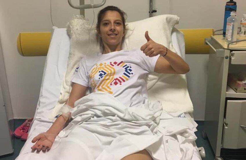 Eliza Samara face semn de pe patul de spital că totul e OK