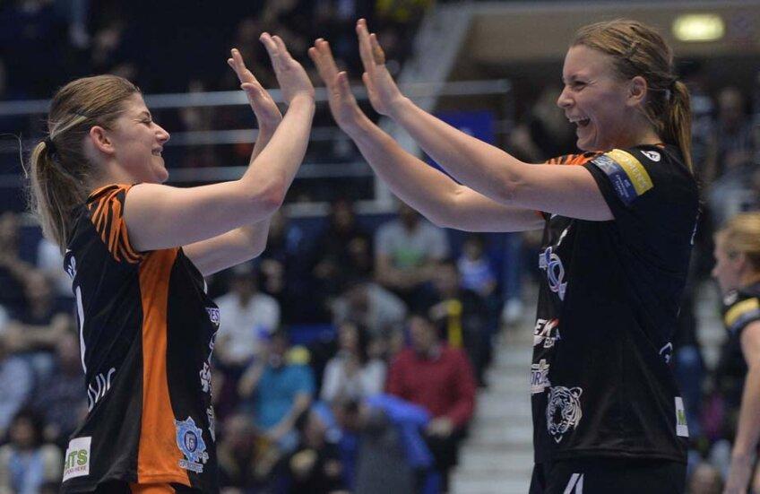 Ajda Mehmedovici (stânga) și Isabella Gullden bat palmele fericite la finalul meciului // FOTO Cristi Preda