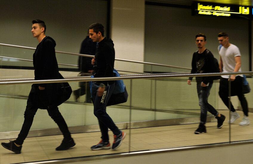 Cei patru jucători surprinși băuți în avion
