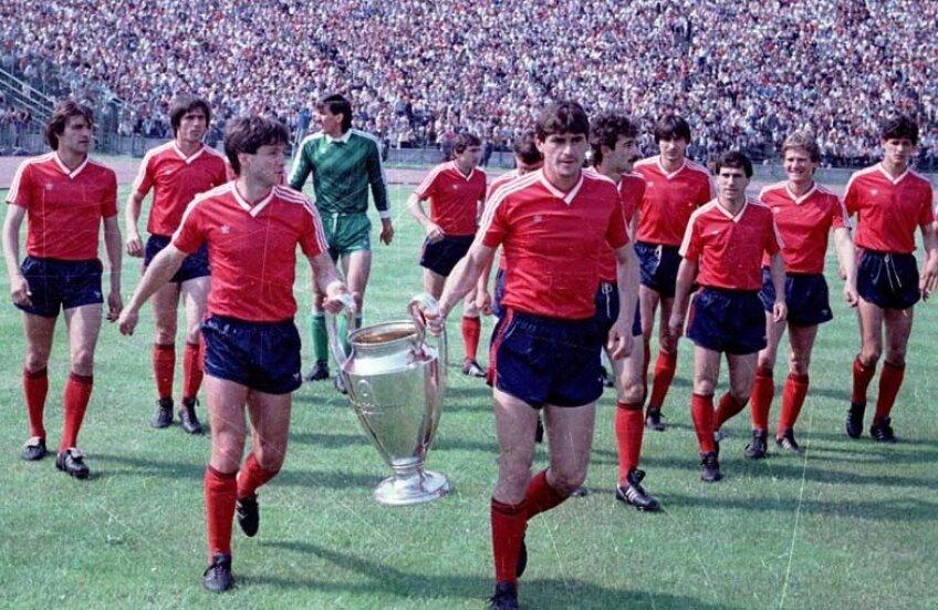 Imediat după cîștigarea CCE, roș-albaștrii au prezentat trofeul în fața a 35.000 de fani entuziaști // Foto: Arhiva GSP