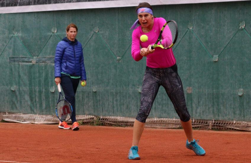 Sorana Cîrstea, supravegheată aici de Alina Tecșor, s-a antrenat ieri împreună cu Irina Begu // FOTO Claboo Media