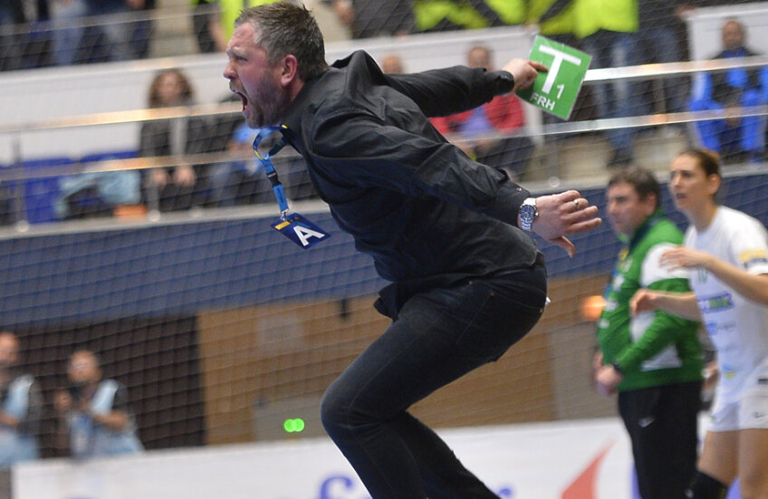 Per Johansson sare pe marginea terenului la fiecare gol marcat de elevele sale // FOTO Alex Nicodim
