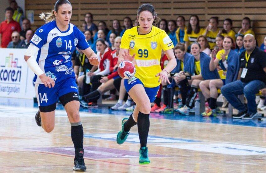 Sorina Târcă, în dreapta // FOTO: handbal.ro