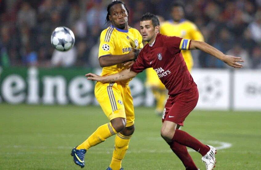 Cadu, în duel cu Drogba, în partida CFR Cluj - Chelsea Londra din 2008 // FOTO: RAED KRISHAN