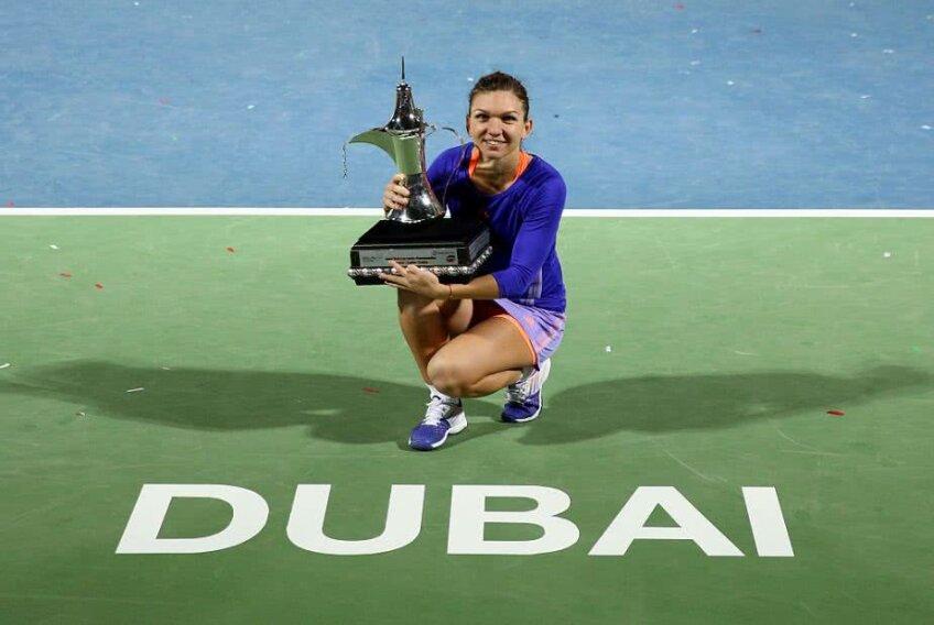 FOTO: Guliver/GettyImages, Simona Halep ridicând trofeul de la Dubai