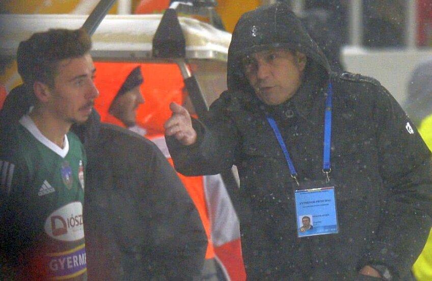 Neagoe l-a băgat în ședință pe Patrick Petre în timpul meciului cu FCSB // FOTO: Raed Krishan