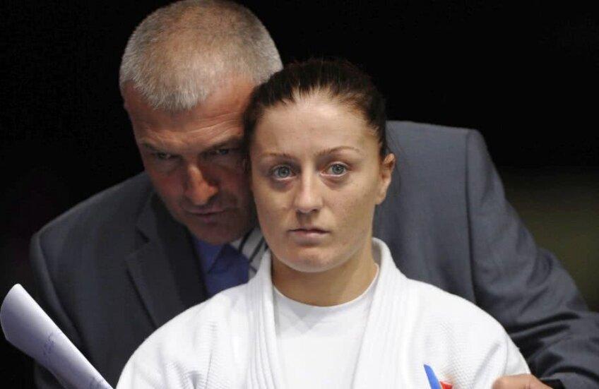 Cu acceptul antrenorilor, Corina Căprioriu ar fi arătat deseori la antrenamente comportamente agresive față de colegele care aveau rol de sparring