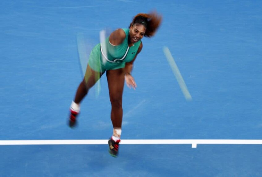 Serena Williams servește cu 180 de kilometri pe oră în meciul cu Simona Halep // Foto: Reuters