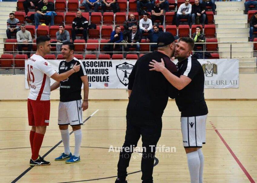 Octavian Chihaia (în negru cu șort alb) la turneul din Sala Dinamo. FOTO: Aurelian Trifan