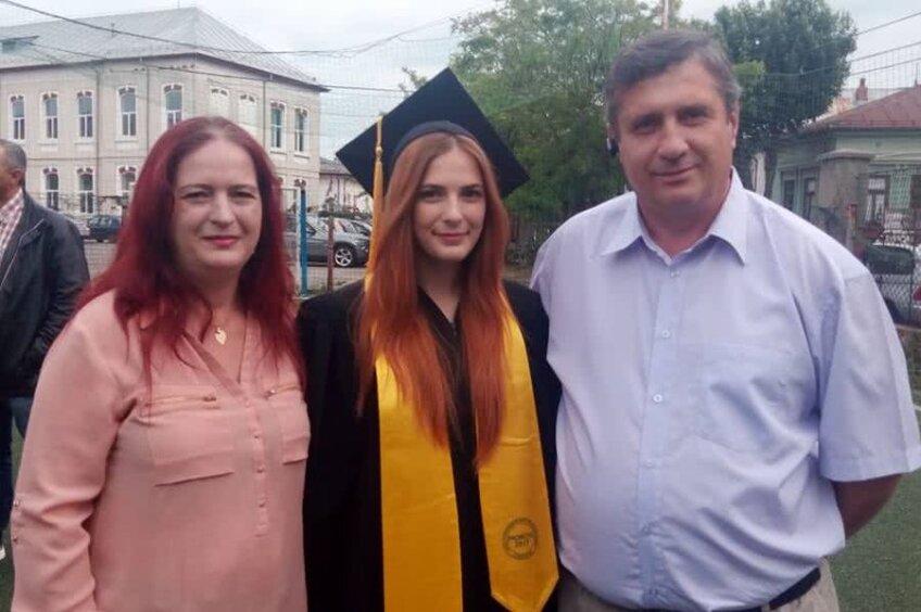 Încadrată de părinții săi, Andreea Dobrin e fata căreia Voinea i-a rupt piciorul la un antrenament